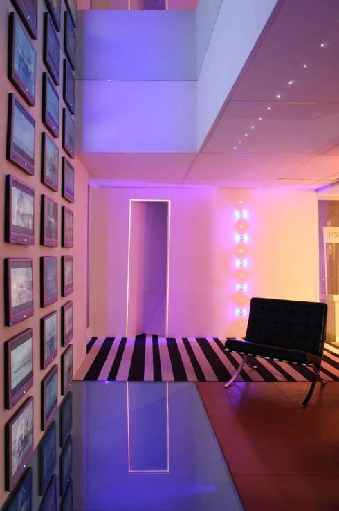 Lounge Club Diez: Paredes de estilo  por Serrano Monjaraz Arquitectos