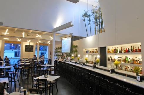 Restaurante Capicúa Av. Paz: Comedores de estilo moderno por Serrano Monjaraz Arquitectos