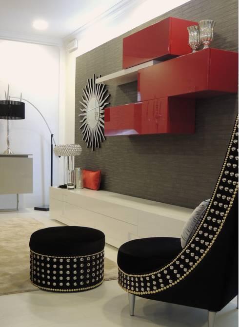Showroom: Sala de estar  por Espazio - Home & Office