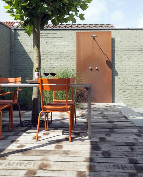 Buitendouche:  Tuin door De Rooy Hoveniers