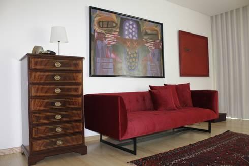 Closet _ Sofá: Vestiário  por Cantos da Casa interiores&mobiliário