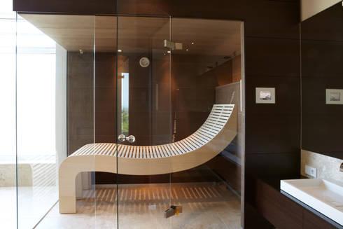 sauna mit wengepaneelen und passendem waschtisch von erdmann exklusive saunen homify. Black Bedroom Furniture Sets. Home Design Ideas