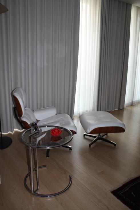 Eames lounge chair: Sala de estar  por Cantos da Casa interiores&mobiliário