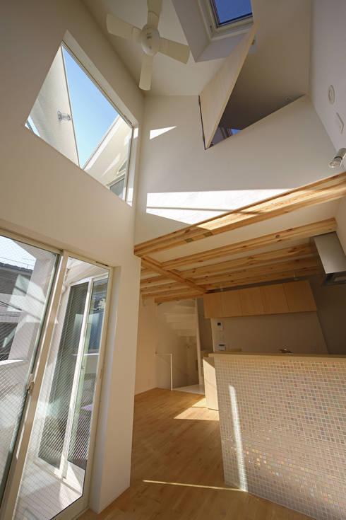 八幡山の二世帯住宅: アトリエハコ建築設計事務所/atelier HAKO architectsが手掛けたキッチンです。