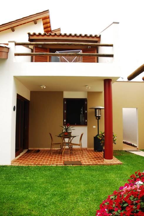 บ้านและที่อยู่อาศัย by Mônica Mellone Arquitetura