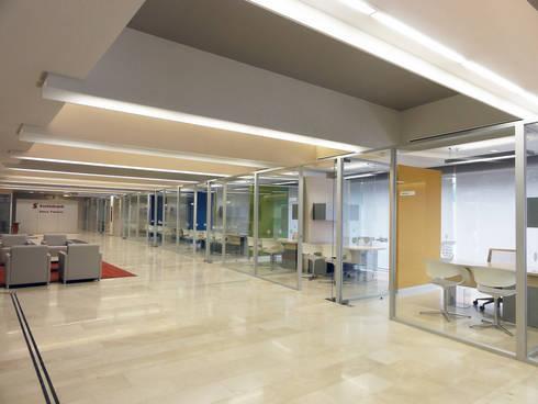 Scotiabank (Sucursal No.1): Estudios y oficinas de estilo moderno por usoarquitectura