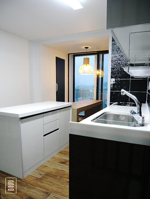 복층 24평형 신혼집 아파트 : 로움 건축과 디자인 의  주방