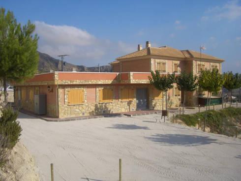 trabajos varios: Casas de estilo clásico por ArquitectosEM