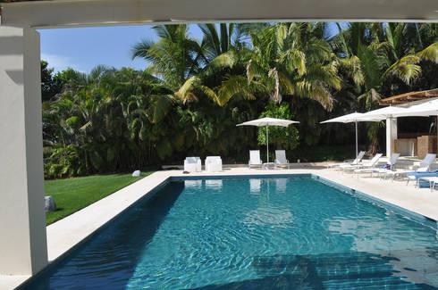 Casa Lunamar: Albercas de estilo moderno por José Vigil Arquitectos