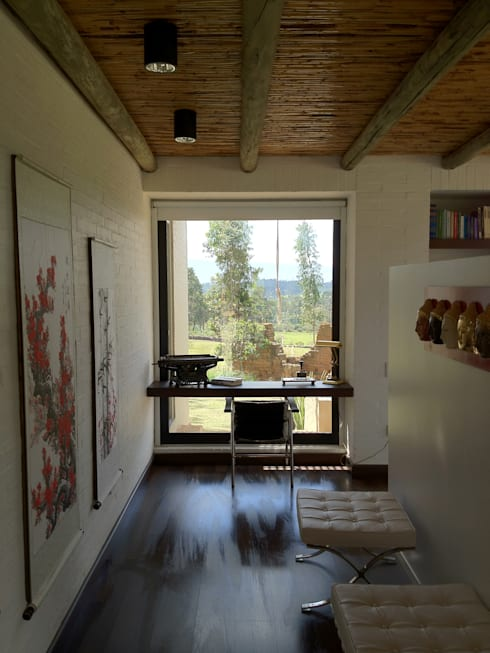 Casa IQ: Estudios y despachos de estilo  por AMR ARQUITECTOS