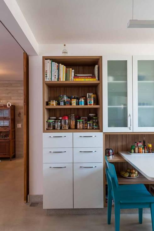 Apartamento do Amigo Calculista: Cozinhas  por Nautilo Arquitetura & Gerenciamento