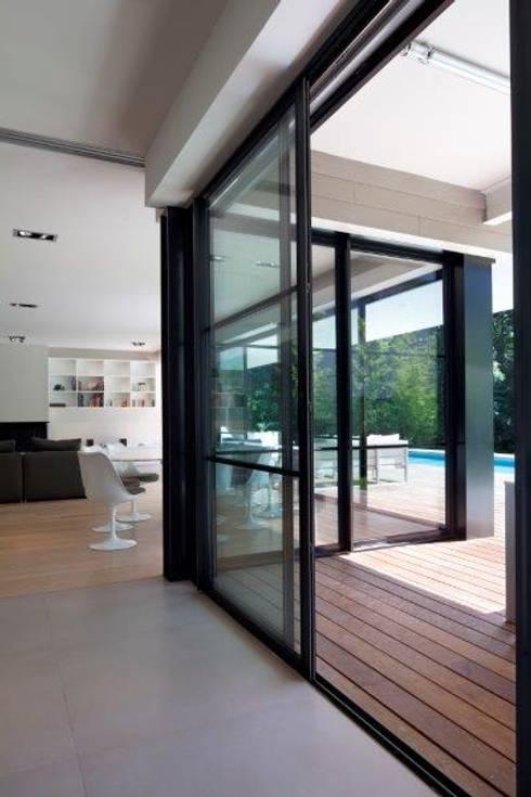 Villa Wainer: Terrazas de estilo  de Kawneer España