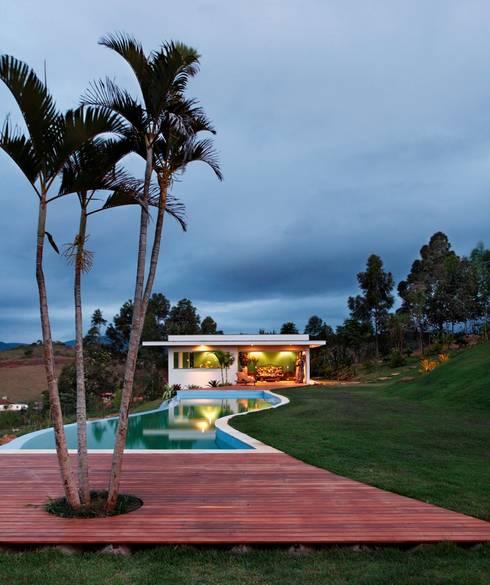 Pool by Carlos Salles Arquitetura e Interiores