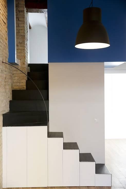 Soggiorno in stile in stile Moderno di Singularq Architecture Lab