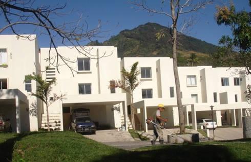 Alturas del Escalón : Casas de estilo moderno por José Vigil Arquitectos