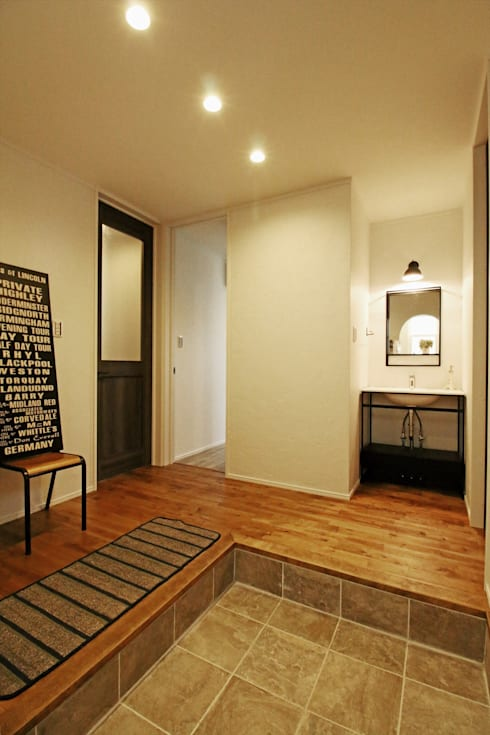Pasillos y recibidores de estilo  por ジャストの家