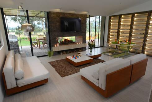 Kubik Verde, Valle de Sopó, Cundinamarca, Colombia: Salas de estilo moderno por Kubik Lab