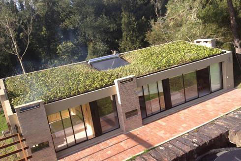 Kubik Verde, Valle de Sopó, Cundinamarca, Colombia: Casas de estilo moderno por Kubik Lab