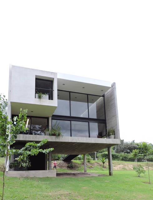 Contrafrente hacia el cerro.: Casas de estilo  por jose m zamora ARQ