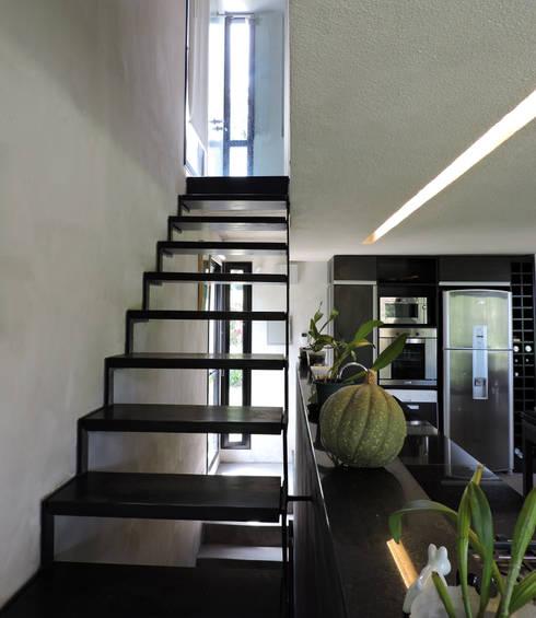 Escalera de metal y madera hacia dormitorio.: Pasillos y recibidores de estilo  por jose m zamora ARQ