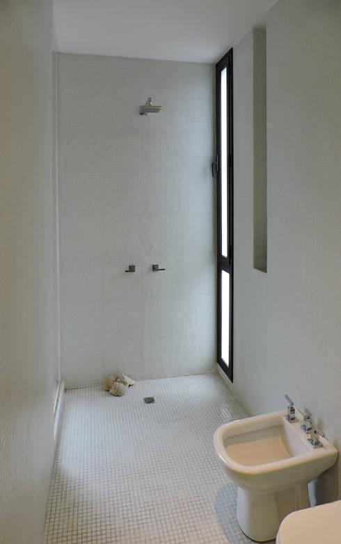 Sector ducha.: Baños de estilo minimalista por jose m zamora ARQ