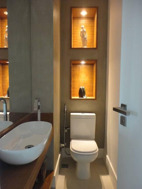 APARTAMENTO NA AV. ATLÂNTICA: Banheiros rústicos por Maria Helena Torres Arquitetura e Design