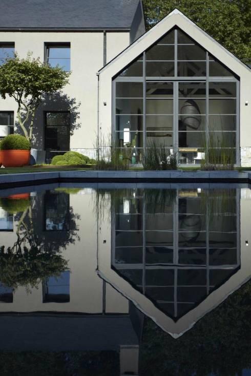 Gartengestaltung auf ein Ehemaliger Steinbruch: moderner Pool von Paul Marie Creation