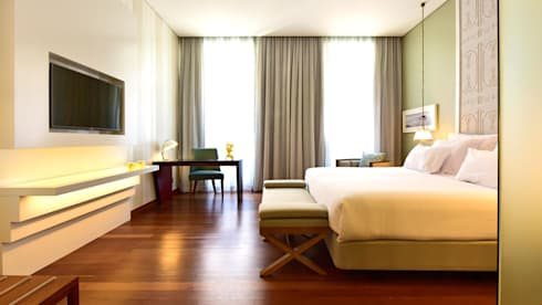 Bedroom: Salas de estar clássicas por Strong Wood Floors