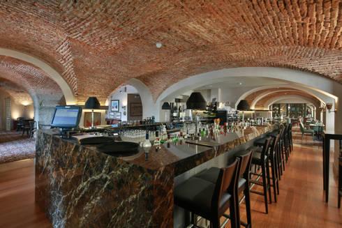 Bar: Salas de jantar clássicas por Strong Wood Floors