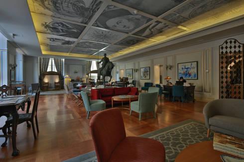 Grupo Pestana: Pousada de Lisboa: Salas de estar clássicas por Strong Wood Floors