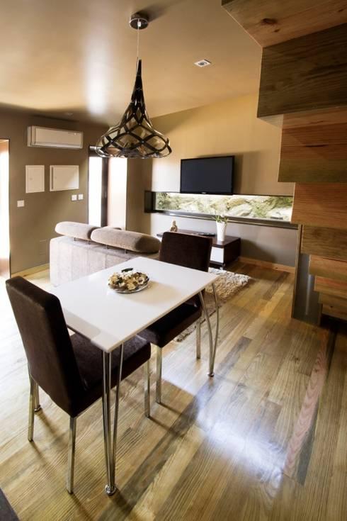Dining room by RH Casas de Campo Design