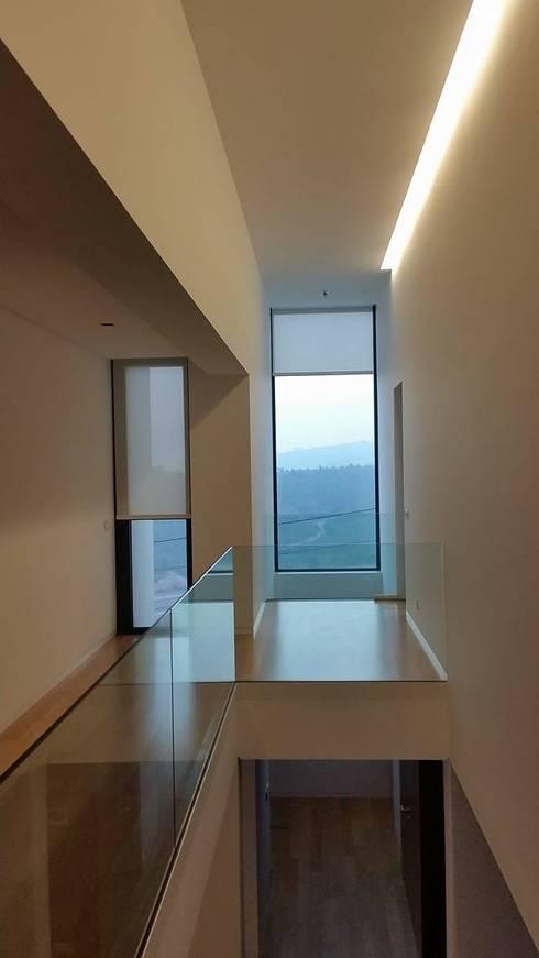 Casa da Gandarela: Corredores e halls de entrada  por Hugo Pereira Arquitetos