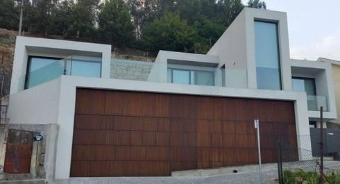 Casa da Gandarela: Casas minimalistas por Hugo Pereira Arquitetos