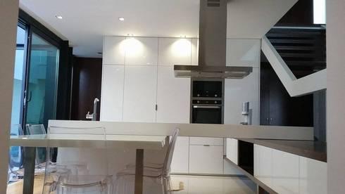 Casa da Gandarela: Cozinhas minimalistas por Hugo Pereira Arquitetos