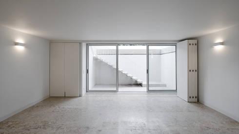 MORADIA BAIRRO JARDIM . TELHEIRAS . LISBOA: Salas de estar modernas por T O H A ARQUITETOS
