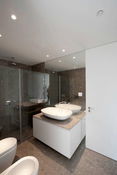 MORADIA BAIRRO JARDIM . TELHEIRAS . LISBOA: Casas de banho modernas por T O H A ARQUITETOS