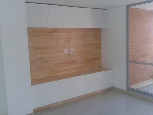 Mobiliario y Espacios: Sala multimedia de estilo  por B al Cubo