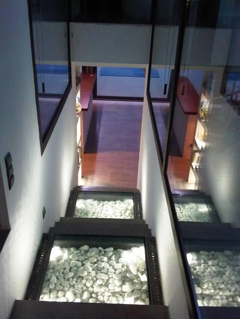 Casa cGL Entrenubes: Pasillos y vestíbulos de estilo  de estudio padial gavián.arquitectura y urbanismo,slp