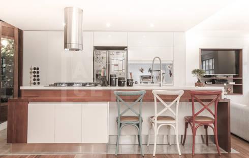 La remodelación de un apartamento en chico norte. : Cocinas de estilo moderno por ARCE S.A.S