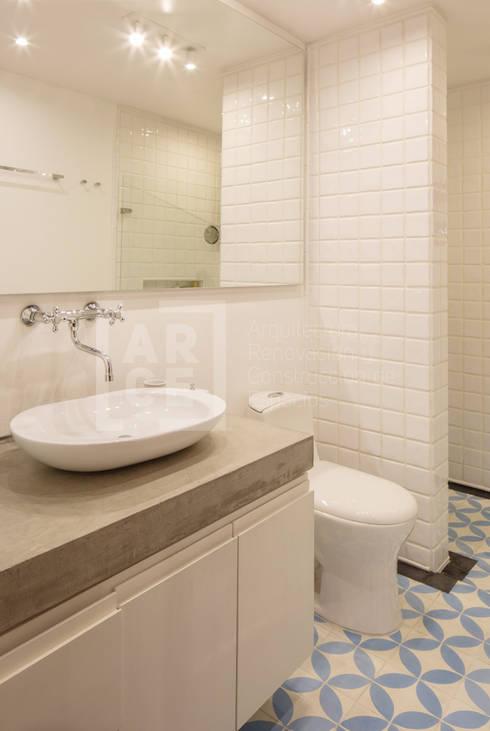 La remodelación de un apartamento en chico norte. : Baños de estilo moderno por ARCE S.A.S