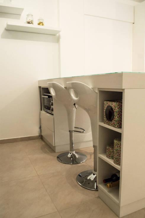 Mesa comedor con guardado: Cocinas de estilo minimalista por MINBAI