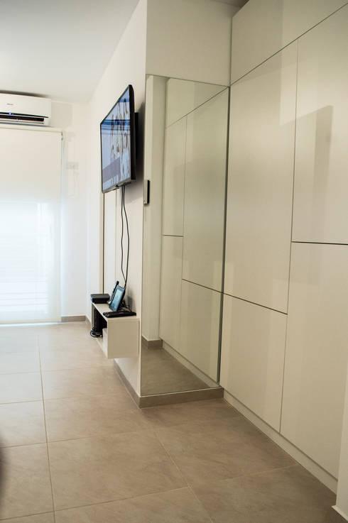 Guardado, Placa TV : Livings de estilo minimalista por MINBAI