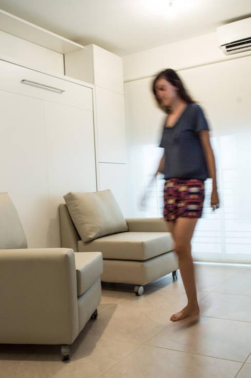 Cama rebatible : Livings de estilo minimalista por MINBAI