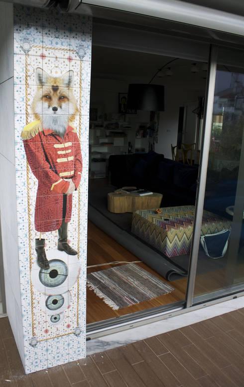 RED FOX: Varanda, marquise e terraço  por Surrealejos