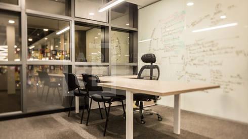 Adecuación oficinas KCP Dynamics Colombia. : Estudios y despachos de estilo moderno por ARCE S.A.S