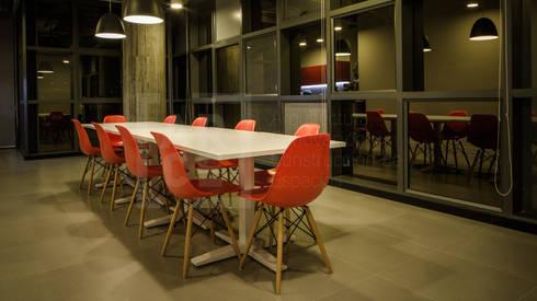 Adecuación oficinas KCP Dynamics Colombia. : Comedores de estilo moderno por ARCE S.A.S