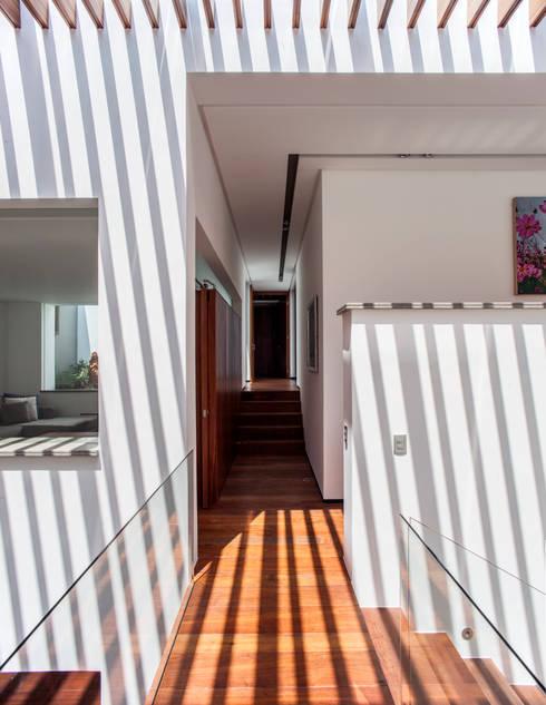 Projekty,  Korytarz, przedpokój zaprojektowane przez Almazan y Arquitectos Asociados