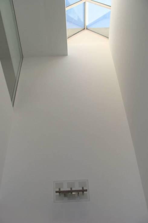 Pasillos y recibidores de estilo  por Prece Arquitectura