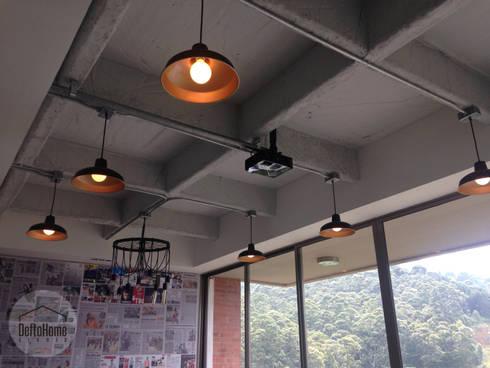 Industrial Livingroom: Salas de estilo industrial por DeftoHomeStudio INC