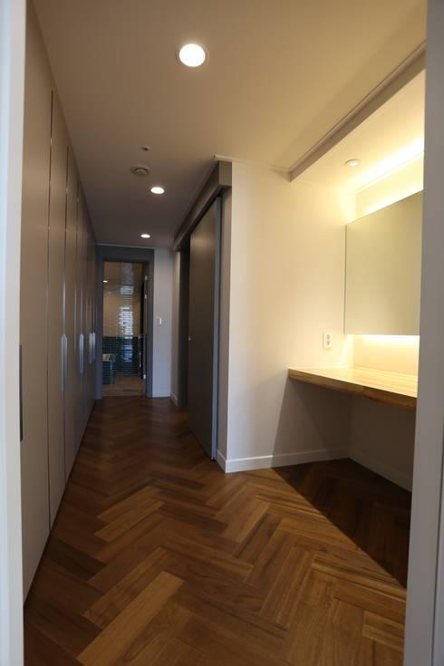 디자인세븐: modern tarz Giyinme Odası